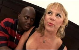 Negra magrinha em um belo porno amador cavalgando no pau de seu amigo
