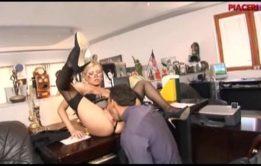 Secretaria gostosa fodendo com seu chefe escondido em um belo porno amador