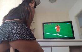 Amadora gostosa do xvideos assistindo jogo enquanto senta no consolo