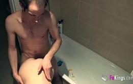 Porno com a loirinha sacana liberando a xoxotinha