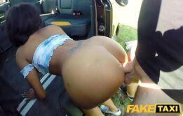 Negra muito fogosa dando a sua xoxota dentro do carro